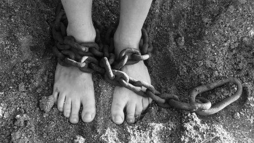 両足が鎖に繋がれている、罰則のイメージ