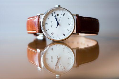 反射して二つに見える一つの腕時計