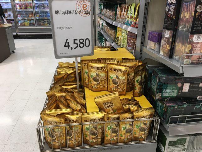 韓国のスーパーで売られているアーモンド