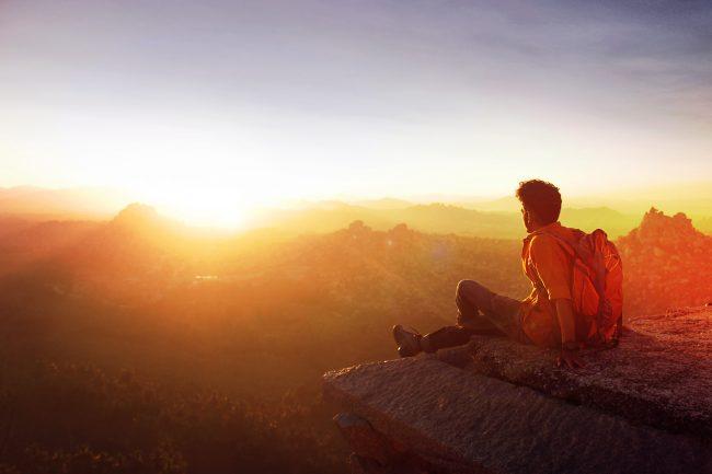 旅で絶景を眺めている男性のイメージ