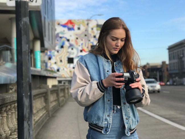 海外旅行でカメラを持つ女性のイメージ