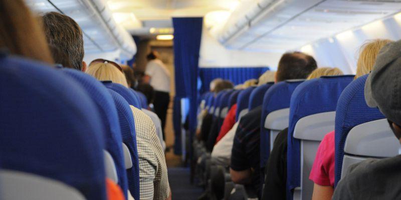 飛行機内で過ごす人達